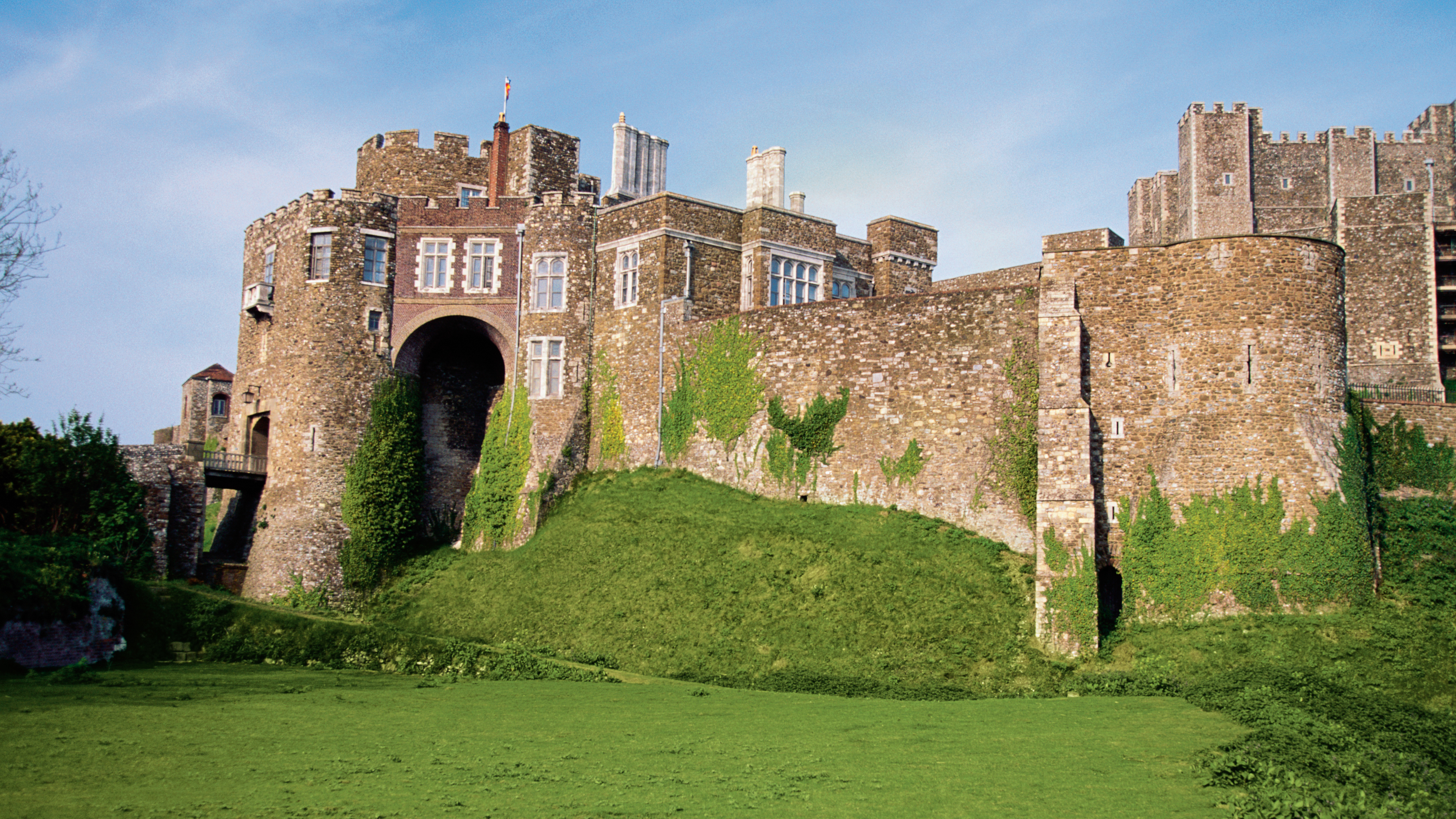 Um antigo castelo com mato e hera crescendo no muro em Dover, na Inglaterra