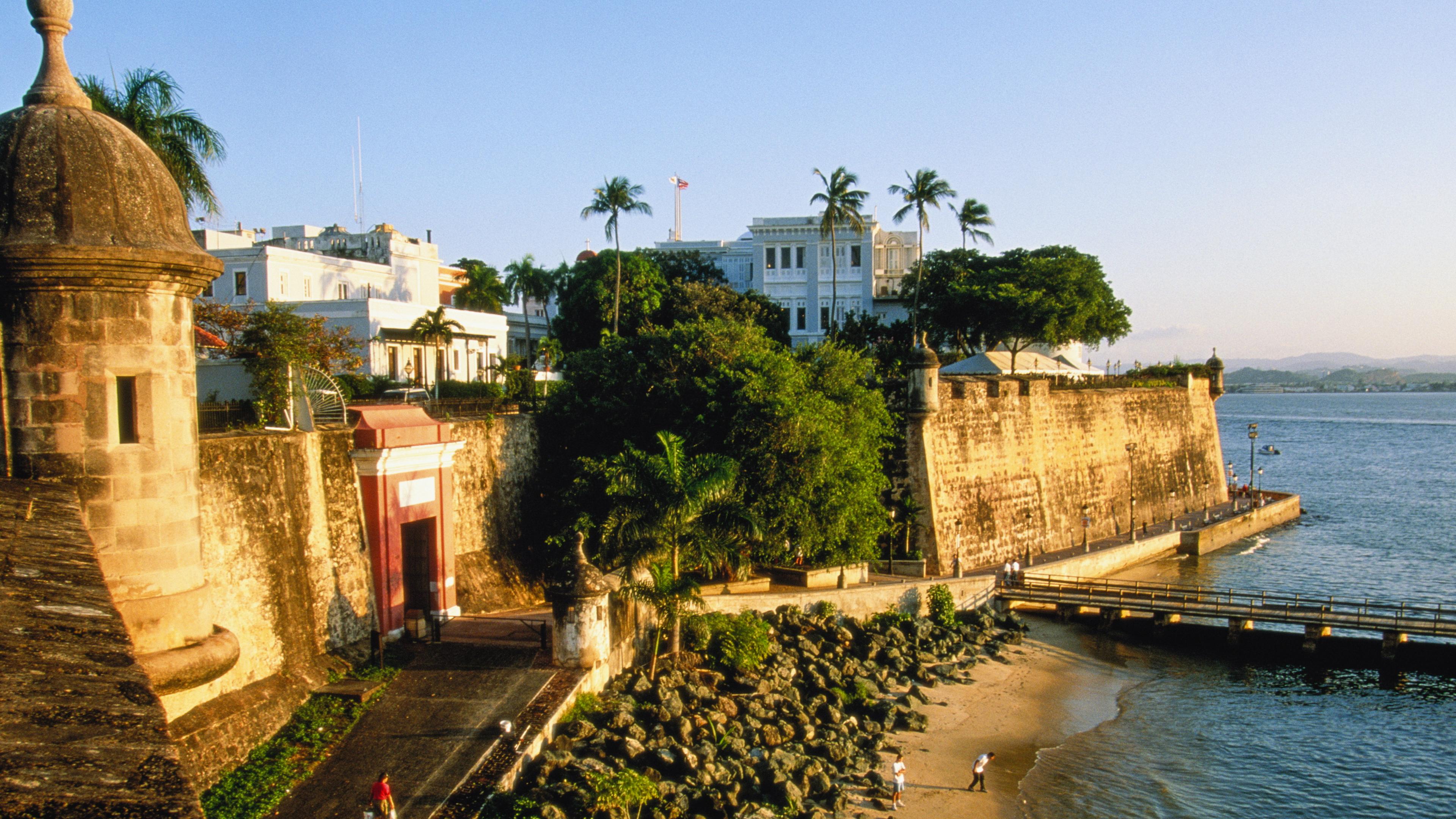 Muros de pedra separam uma praia da cidade em San Juan, em Porto Rico
