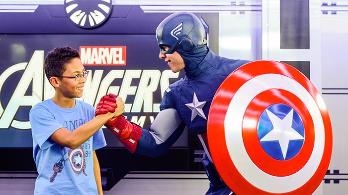 Um garoto cumprimenta o Capitão América