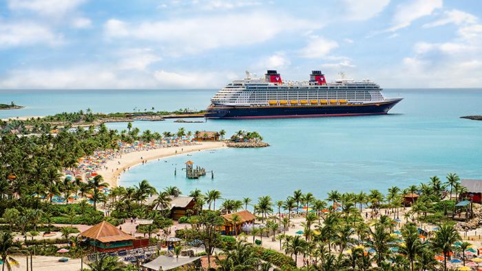 Um navio da Disney Cruise Line atracado na Disney Castaway Cay
