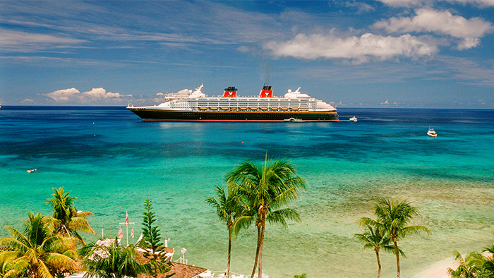 Navio da Disney Cruise Line atracado próximo de uma ilha do Caribe ocidental