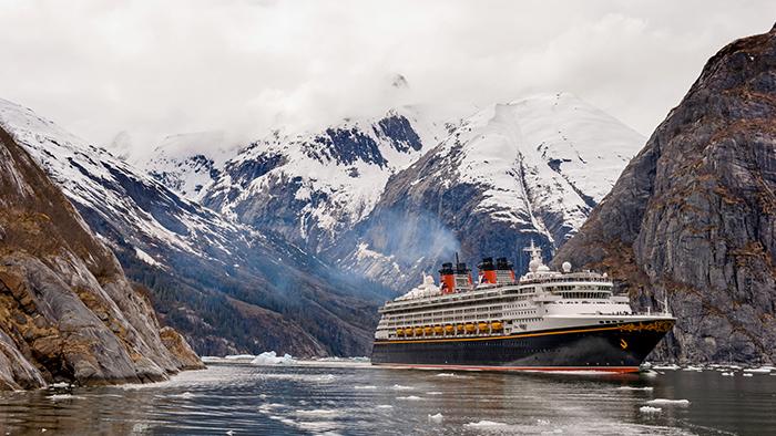 Un barco de Disney Cruise Line navega a través de heladas aguas en Alaska