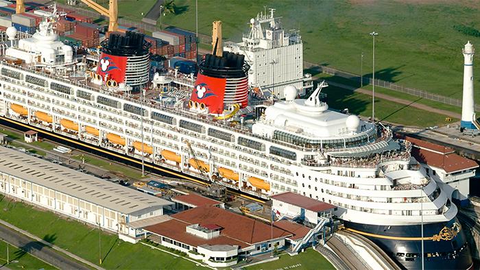 Um navio da Disney Cruise Line navega pelo Canal do Panamá