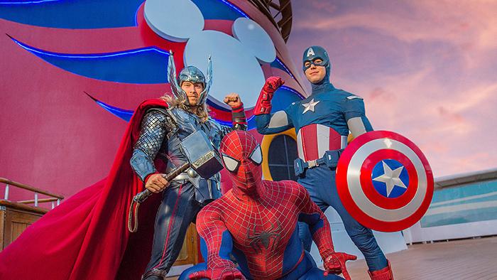 Thor, Captain America y Spider Man junto a una chimenea del barco de Disney Cruise Line, adornada con su logo